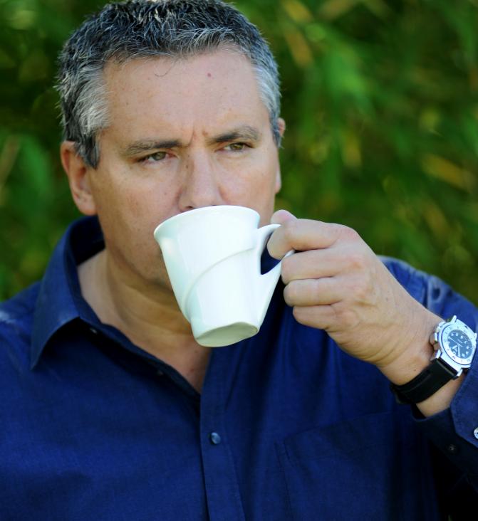 homme boit café